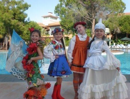 Титул «Первая мини-принцесса» на  «Little Miss World-2011» завоевала 8-летняя Яна Сорока из Тернополя. Видео