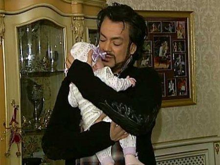 Филипп Киркоров перевез дочь в Россию и показал её журналистам. Фото+видео