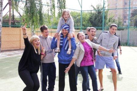 Ведущие «Интера», известные дизайнеры и выпускники «Интершколы» к 1 сентября устроили праздник в детском доме